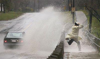 Tài xế ô tô sẽ bị phạt tới 6.500 USD nếu làm bắn nước lên người đi bộ.