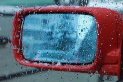 Đánh bay nước mưa bám trên gương và cửa sổ xe ô tô với vật dụng dưới 15.000 đồng 1.