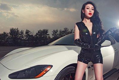 Ngắm vòng 1 bốc lửa của mẫu nữ bên xe Maserati GranTurismo.