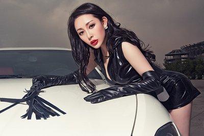 Ngắm vòng 1 bốc lửa của mẫu nữ bên xe Maserati GranTurismo - Ảnh 1.