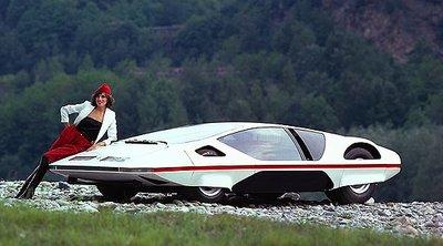 Người đẹp bên mẫu Ferrari 512S Modulo Concept phong cách phi thuyền.