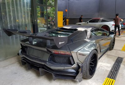 Cận cảnh Lamborghini Aventador độ chính hãng đầu tiên tại Việt Nam - Ảnh 2.