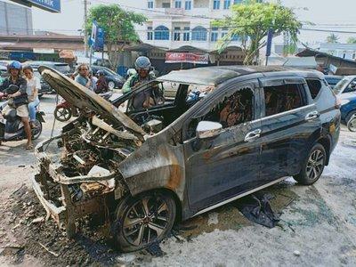 Mitsubishi Xpander bỗng nhiên cháy trơ khung tại Indonesia 2...