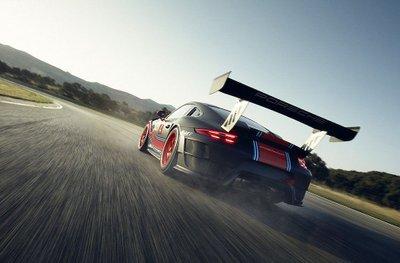 Porsche 911 GT2 RS phiên bản Clubsport: Mạnh mẽ như xe đua a16