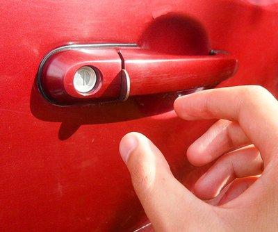 Chỉ điểm 9 mánh khóe trộm ô tô cực tinh vi, nhét đồng xu vào tay nắm cửa.