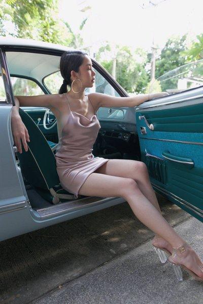 Ngẩn ngơ ngắm chân dài bên xế cổ Volkswagen Karmann Ghia - Ảnh 11.