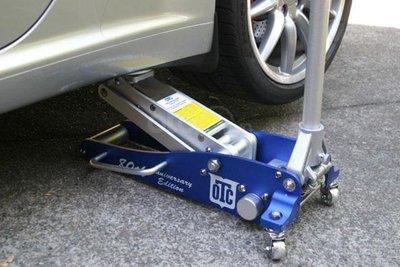 Dụng cụ thay lốp trên xe