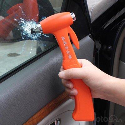 Dao cắt dây an toàn và búa phá kính trên xe