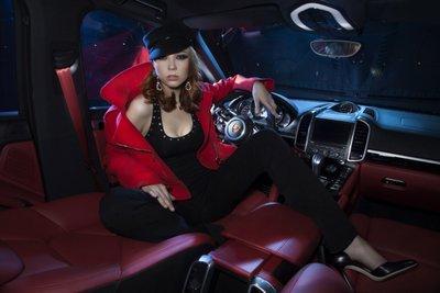"""Bộ ảnh """"nội thất"""" mỹ nữ và siêu xe để tri ân khách hàng của TransTechService"""
