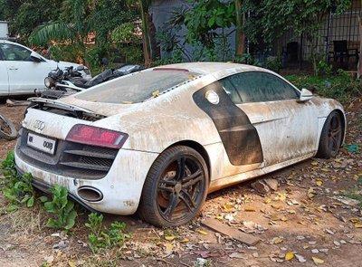 Chiếc Audi R8 bị tịch thu tại một sở cảnh sát ở Mumbai (Ấn Độ)...