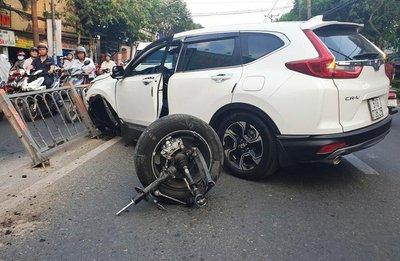 Honda CR-V gãy càng, rụng bánh sau va chạm a1