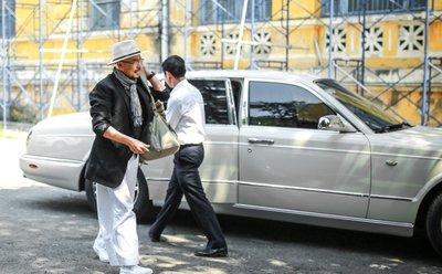 Ông chủ tập đoàn Trung Nguyên đến phiên tòa ly hôn bằng xe sang 6 tỷ đồng.