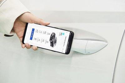Công nghệ mở khóa và khởi động xe bằng điện thoại di động của Hyundai.