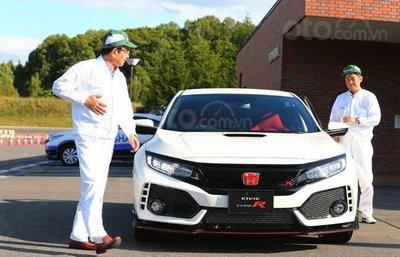 Chủ tịch Honda lái thử chiếc Civic Type R...