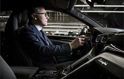 CEO Lamborghini  trải nghiệm chiếc Urus đầu tiên xuất xưởng...