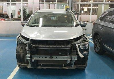 Chiếc xe Xpander hư hỏng nặng sau sự cố đạp nhầm chân ga của anh D...