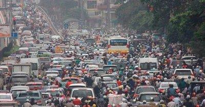 Lượng phương tiện giao thông khổng lồ là nguyên nhân chính dẫn đến ô nhiễm không khí ở Hà Nội...