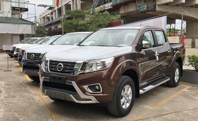 Bán tải Nissan Navara màu nâu