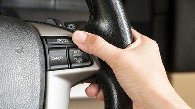 Nút bấm kích hoạt và điều chỉnh Cruise Control trên ô tô...