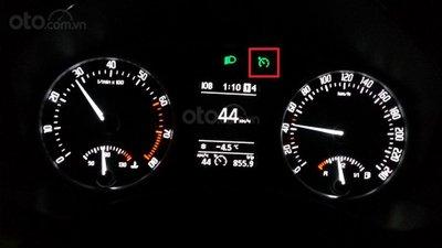 Đèn báo Cruise Control bật sáng trên bảng đồng hồ taplo khi được kích hoạt...