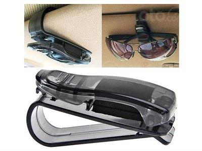 Gợi ý các phụ kiện ô tô tiện lợi đối phó nắng nóng - Kẹp giữ kính mát tiện dụng