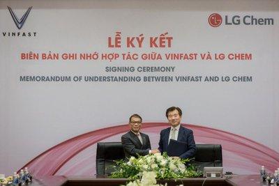 Lãnh đạo VinFast và LG Chem ký kết hợp tác...