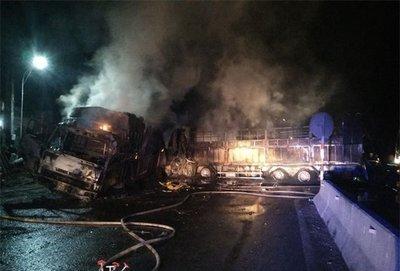 Va chạm mạnh, 2 ô tô bốc cháy, 2 người chết trên quốc lộ 1Adfh