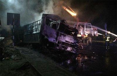 Va chạm mạnh, 2 ô tô bốc cháy, 2 người chết trên quốc lộ 1Adfghfg