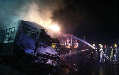 Va chạm mạnh, 2 ô tô bốc cháy, 2 người chết trên quốc lộ 1Afghdf