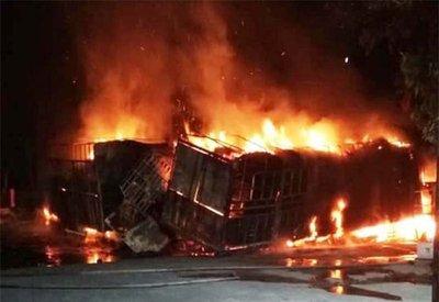 Va chạm mạnh, 2 ô tô bốc cháy, 2 người chết trên quốc lộ 1A2sdfg