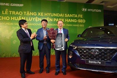 Đại diện Hyundai Thành Công trao tặng chiếc Hyundai Santa Fe cho ông Park Hang Seo a1