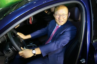 Đại diện Hyundai Thành Công trao tặng chiếc Hyundai Santa Fe cho ông Park Hang Seo 2