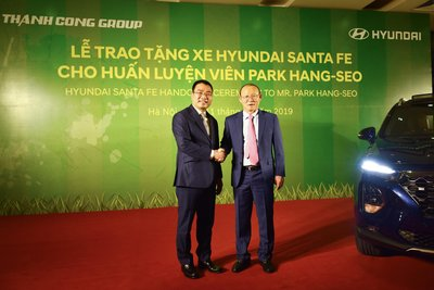 Đại diện Hyundai Thành Công trao tặng chiếc Hyundai Santa Fe cho ông Park Hang Seo a3