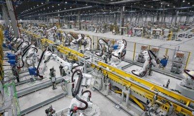 Dây chuyền hàn trong nhà máy sản xuất ô tô VinFast...