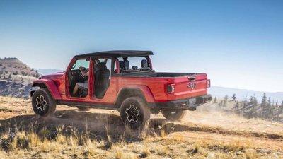 Jeep Gladiator 2020 chuẩn bị được bán ra vào hè năm nay, cạnh tranh với Ford Rangert54y