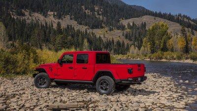 Jeep Gladiator 2020 chuẩn bị được bán ra vào hè năm nay, cạnh tranh với Ford Rangergfh