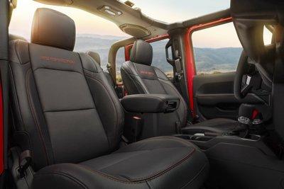 Jeep Gladiator 2020 chuẩn bị được bán ra vào hè năm nay, cạnh tranh với Ford Rangerfgj