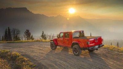 Jeep Gladiator 2020 chuẩn bị được bán ra vào hè năm nay, cạnh tranh với Ford Rangerfdgjh