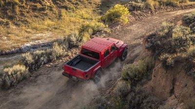 Jeep Gladiator 2020 chuẩn bị được bán ra vào hè năm nay, cạnh tranh với Ford Rangerfgjhg