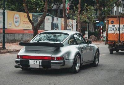 Phía đuôi Porsche 930 Turbo