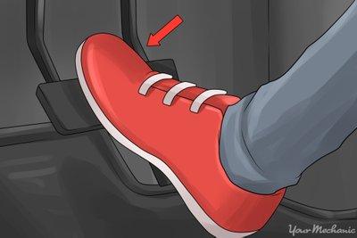 Đạp chân ga ô tô đúng cách a1
