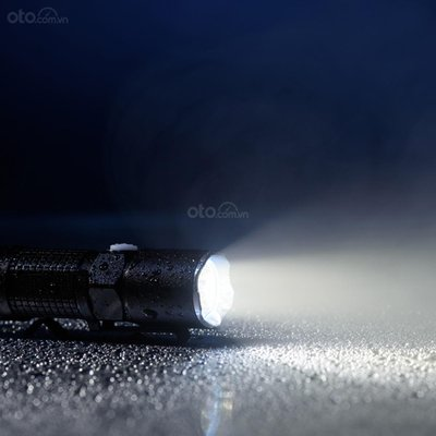 Những món đồ nên để trên xe ô tô vào ngày hè - đèn pin