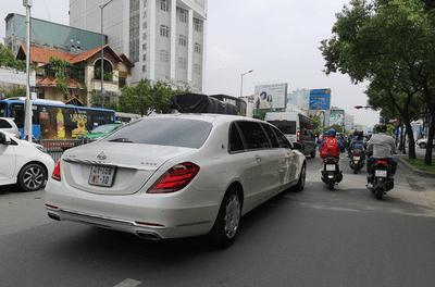 """Mercedes-Maybach S600 Pullman mang biển """"ngoại giao"""" tại TP Hồ Chí Minh..."""