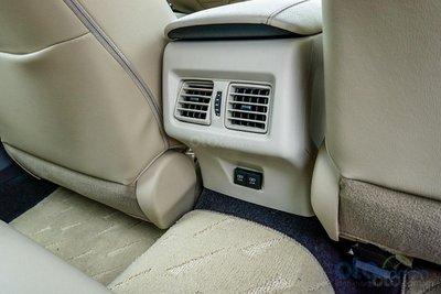 Cửa gió điều hòa cho hàng ghế sau trên Toyota Camry 2.0G 2019...
