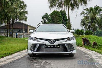 Toyota Camry 2.0G 2019: Trực diện đầu xe.