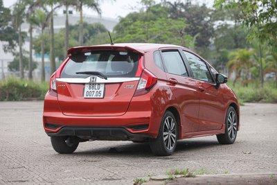 Ảnh chụp ngoại thất Honda Jazz 2019 màu đỏ a2