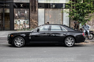 """""""Chộp"""" ngay ảnh Rolls-Royce Ghost của nhà chồng Tăng Thanh Hà tái xuất trên phốdrh"""