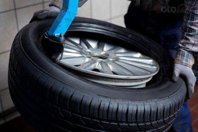 10 hiểu lầm tai hại về bảo trì ô tô - Thay lốp 1 lúc