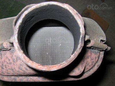 Những lý do khiến ôtô có mùi trứng thối - Bộ chuyển đổi xúc tác hỏng