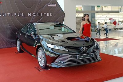 Giá xe Toyota Camry tháng 10/2019...